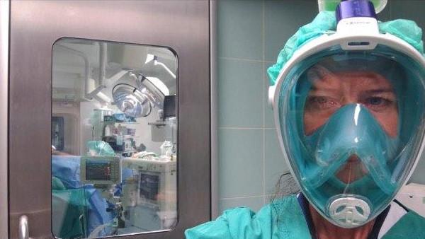 Zdravstvena djelatnica s respiratorom